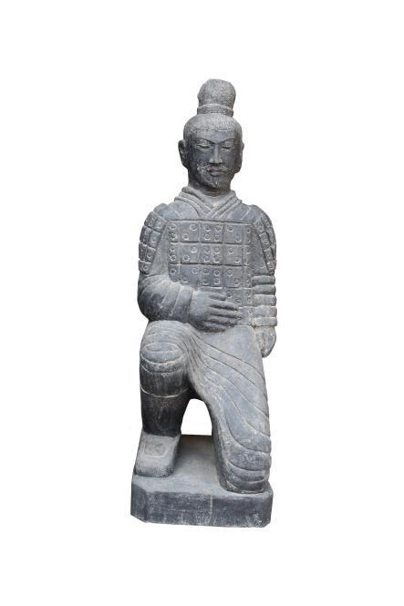 Steinfigur Chinesischer Krieger kniend - Basanit handgeschlagen - 120 cm